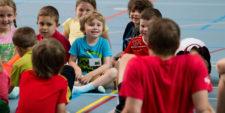 Kindergruppe sitz im Kreis mit Lehrperson.