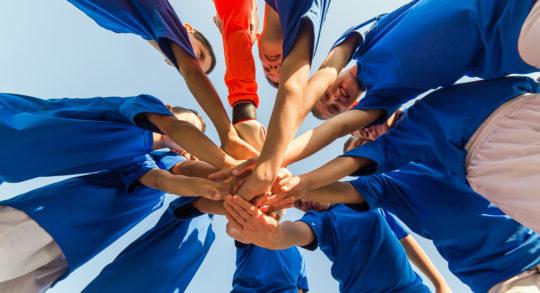 Foto: Kinder bei Team-Ritual vor dem Spiel