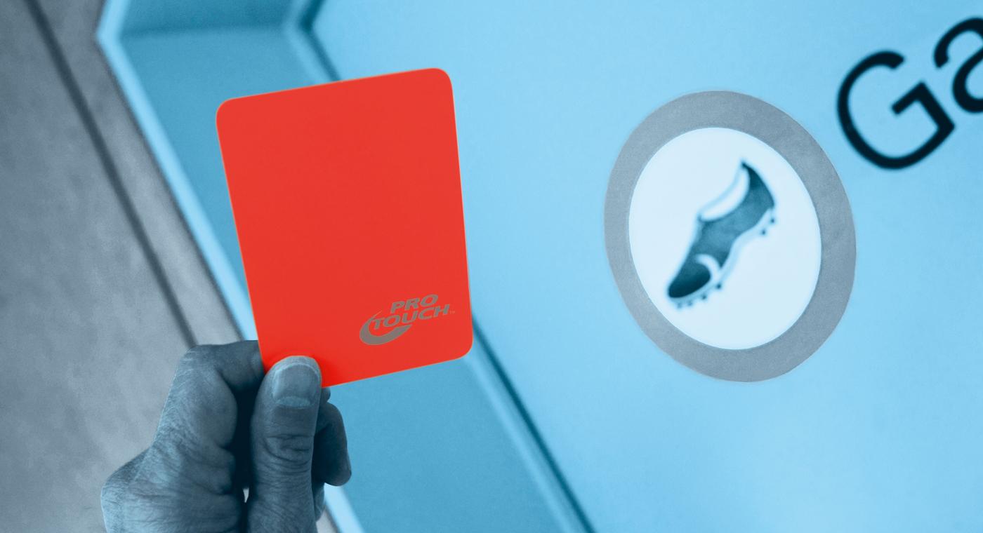 Foto: la mano di un arbitro con un cartellino rosso