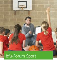 Foto: un allenatore sta spiegando una strategia davanti a un gruppo di giovani sportivi