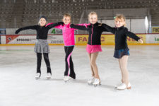 Quatre jeunes filles posent en équipe.