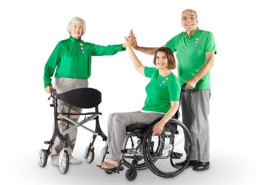 3 erwachsene Personen: mit Rolator, Rollstuhl und Stützen.