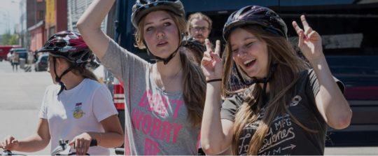 Trois filles à vélo.