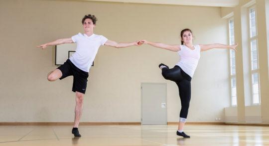 Foto: due ballerini uno accanto all'atro mentre eseguono una figura di rock'n'roll