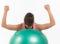 Training mit Hilfsmitteln − Swissball: Schulterrollen
