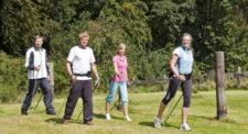 Foto: un gruppo di persone mentre fa nordic walking nel bosco