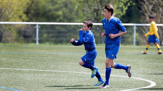 Zwei Junioren mit erheblichem Grössenunterschied.