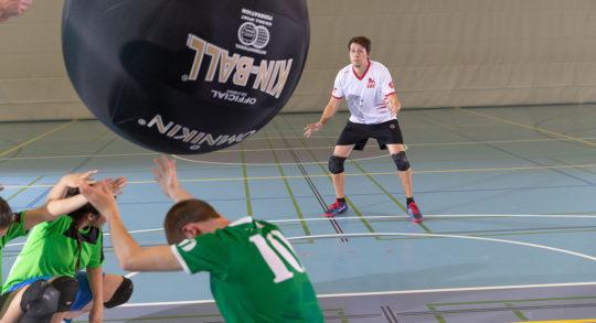 Un joueur est en position pour réceptionner le ballon.