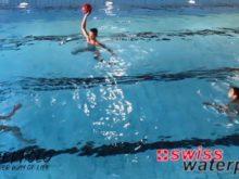 Wasserball – Passtechnik im Dreieck: Pass auf das Wasser mit Verschieben – Niveau Anfänger