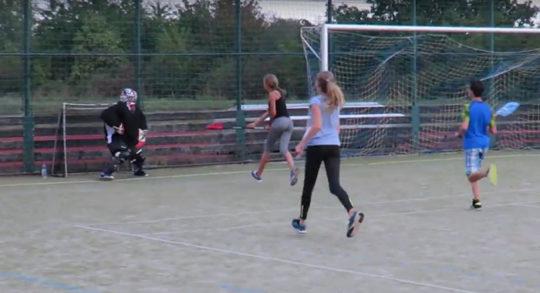 Jugendliche beim Intercrosse-Spiel draussen.