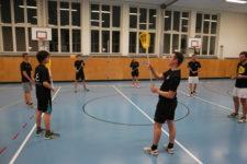 Jugendliche beim Training in der Halle.