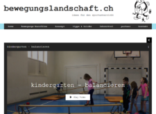 Kindergartenkinder beim Balancieren auf umgekehrter Langbank.